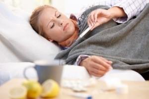 8121334-jonge-vrouw-thuis-met-griep-slecht-gevoel-nemen-haar-temperatuur-in-bed1